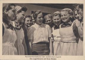 Kriegshilfsdienst des Reichsarbeitsdiens - Die Lagerführerin mit ihren Maiden
