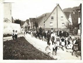 Marsch durch das Dorf